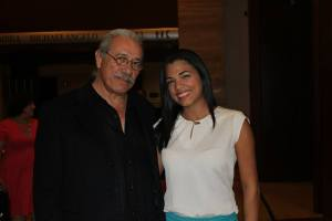 Junto a Edward James Olmos
